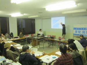 八幡浜の住民投票運動について報告をする鹿野・運営委員長