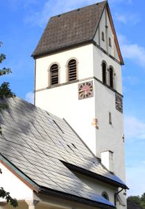 大屋根一面に太陽光パネルが取り付けられた教会