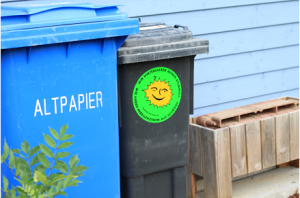 ゴミ箱には「私たちは核のゴミを後に残しません」のステッカーが