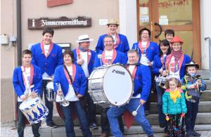 観光案内所前に集った、謝肉祭のための音楽隊