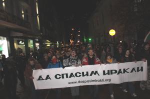 大通りをねり歩く「Save Green」の人達のデモ