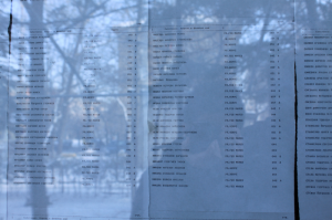 普通のレストランのガラス窓に貼られる投票場所